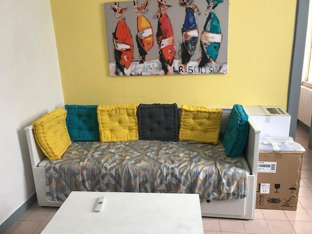 Salon avec banquette lit pour deux